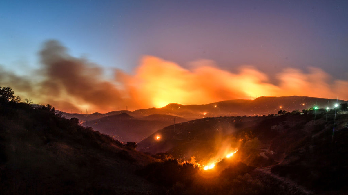 The Hill Fire burns in the hills west of Conejo Center Drive in Thousand Oaks, Calif., on Thursday, Nov 8, 2018.